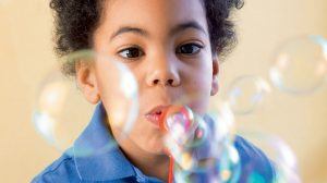 """""""C'est quoi, le secret des bulles ?"""", Youpi n°381, juin 2020.Conception et texte : Erik Franck. Photo : Philippe Ughetto. Illustration : Rémi Saillard."""